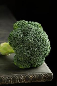 Broccoli ad alto angolo sul tavolo