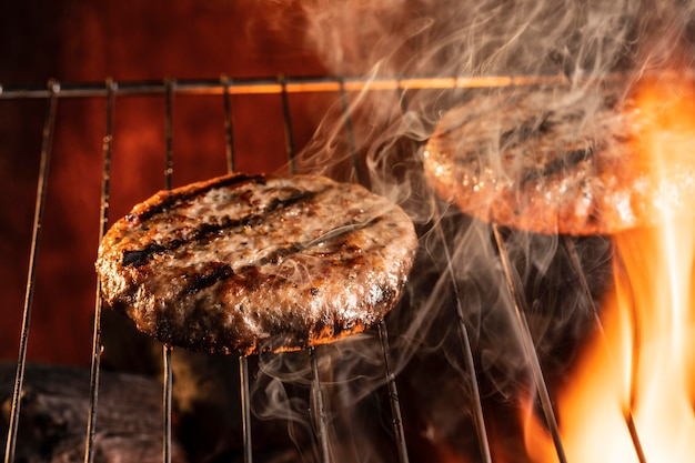 Мясо бургера под высоким углом на гриле