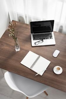 Компоновка рабочего стола под высоким углом с ноутбуком