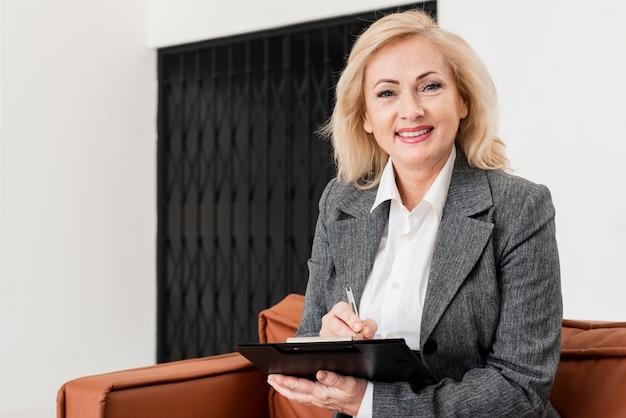 Высокий угол бизнес женщина в офисе