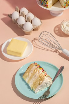 하이 앵글 케이크와 재료 배열