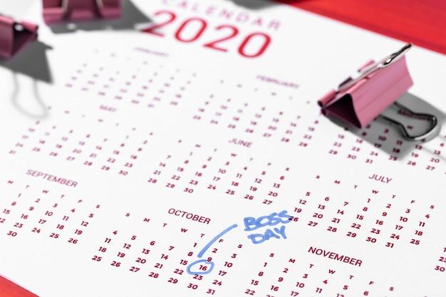 Calendario ad alto angolo e clip per raccoglitori
