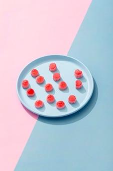 Alto angolo di caramelle sul piatto