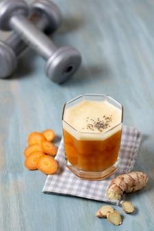 Disposizione di carote e bevande ad alto angolo