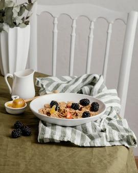 Colazione con cereali e frutta ad alto angolo