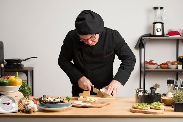 Formaggio di taglio chef ad alto angolo