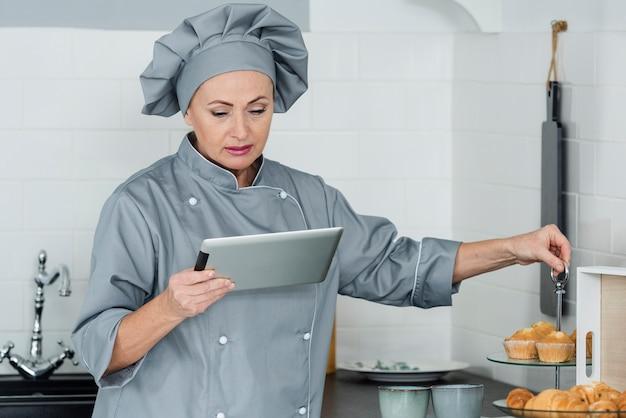 Высокий угол шеф-повар на кухне работает