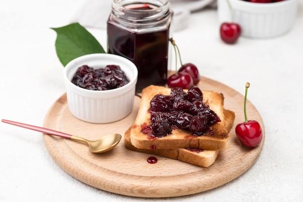 Высокоугольный вишневый джем на хлеб