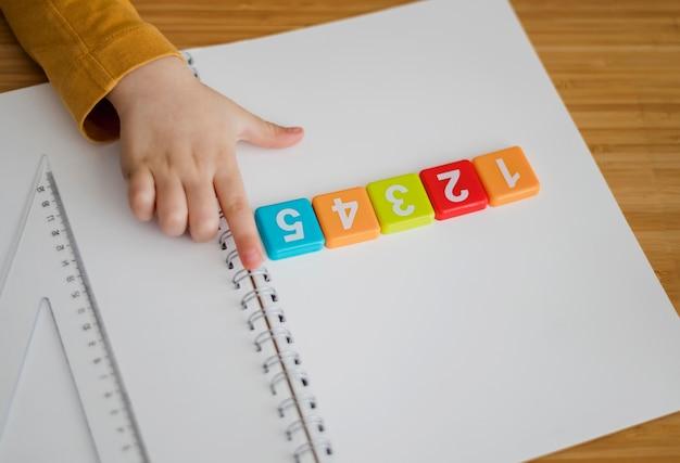 Alto angolo del bambino che impara i numeri a casa