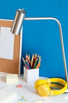 Angolo alto della scrivania per bambini con cuffie e matite