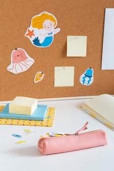 Angolo alto della scrivania per bambini con foglietti adesivi e lavagna