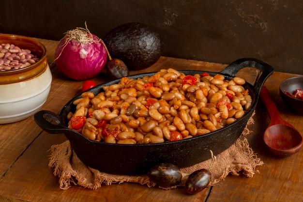 トレイに高角度のチリ豆