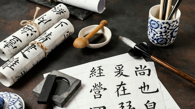 Assortimento di oggetti di inchiostro cinese ad alto angolo