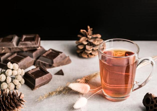 Barretta di cioccolato e bevande ad alto angolo