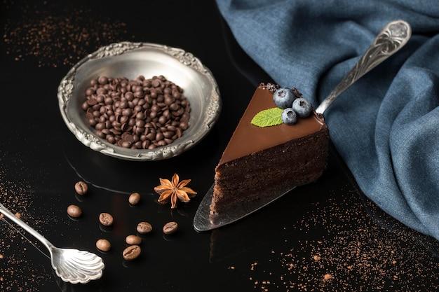 Alto angolo di fetta di torta al cioccolato con gocce di cioccolato