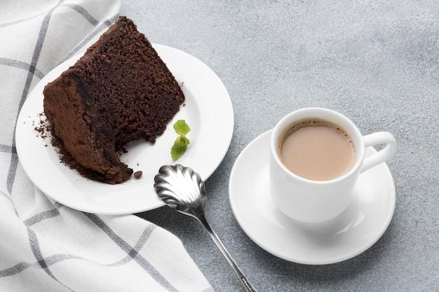 Alto angolo di fetta di torta al cioccolato con caffè