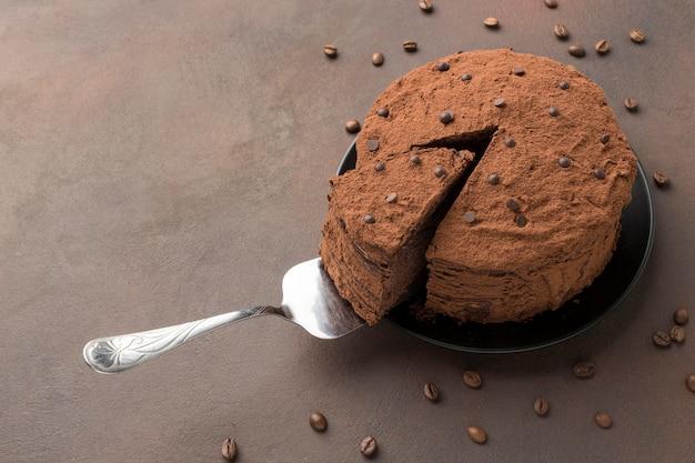 Alto angolo di torta al cioccolato con cacao in polvere