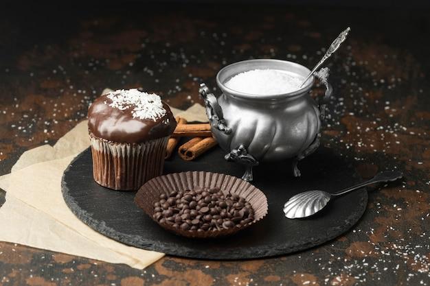 Alto angolo di dessert al cioccolato con scaglie di cocco e gocce di cioccolato
