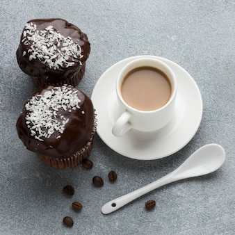 Alto angolo di dolci al cioccolato con caffè