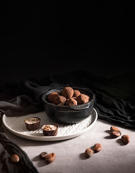 ボウルのハイアングルチョコレートトリュフ