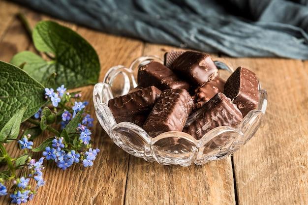 ボウルにハイアングルチョコレートウェーハ