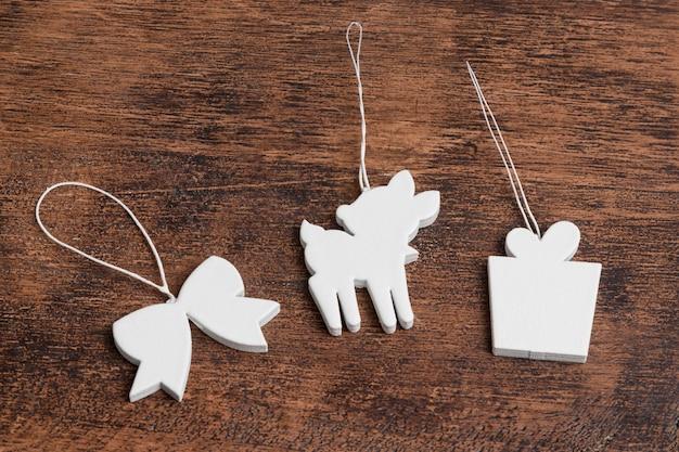 Alto angolo di ornamenti natalizi con renne e presente