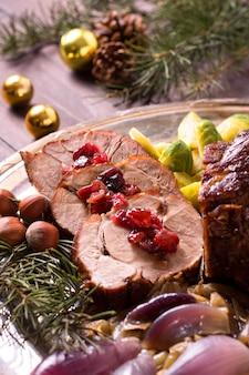 Alto angolo di bistecca di natale sulla piastra con decorazioni di pigne