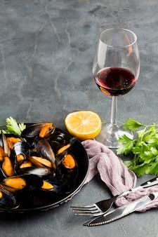 高角度のクローズアップ調理ムール貝とワインの瓶