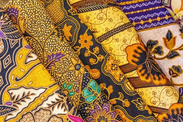 Colpo del primo piano dell'angolo alto di tessuti colorati con bellissimi modelli asiatici