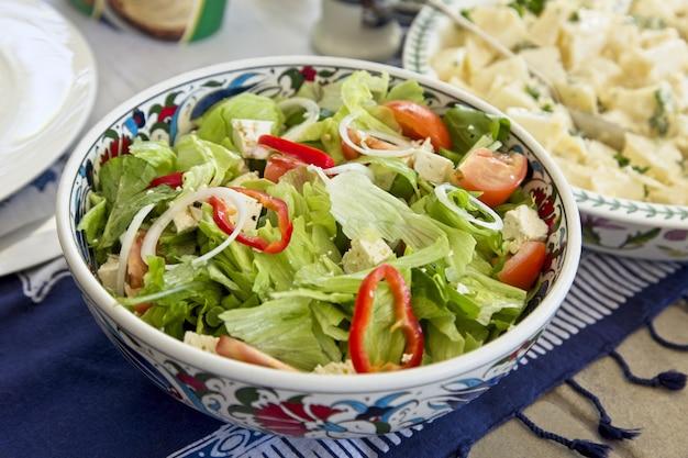 野菜とグリーンサラダのハイアングルクローズアップショット
