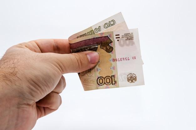 Снимок крупным планом с высоким углом человека, держащего банкноту на белом
