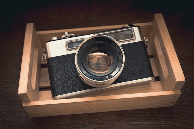 光の下でロッカーにビンテージカメラの高角度のクローズアップショット