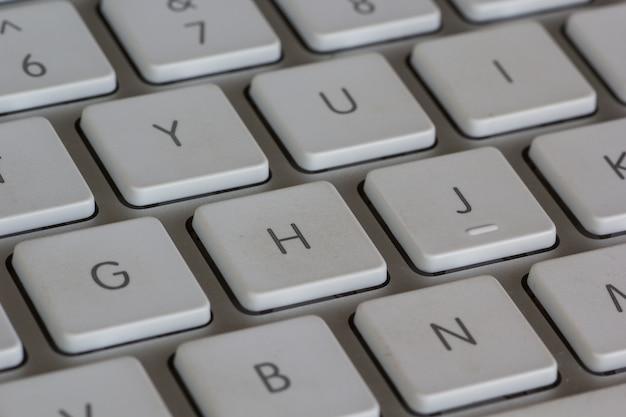 Высокий угол снимка белой клавиатуры крупным планом