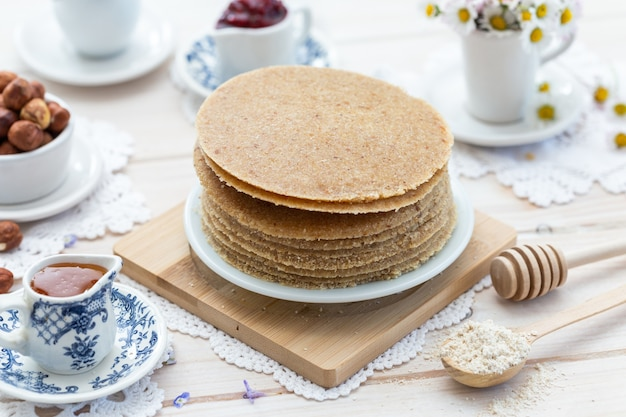 美的なテーブルデザインの生ビーガンパンケーキの高角度のクローズアップショット