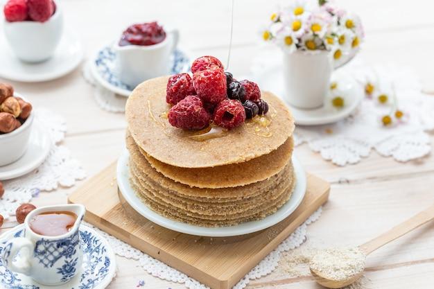 꿀, 딸기와 원시 채식주의 팬케이크의 높은 각도 근접 촬영 샷