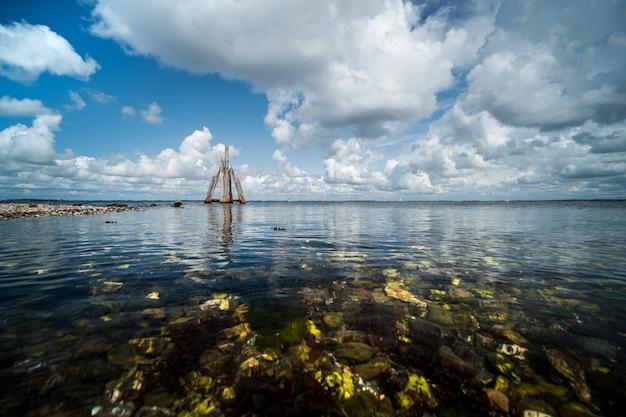 Снимок крупным планом камней на берегу моря у спокойного моря под высоким углом