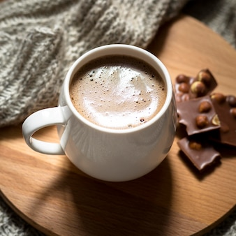 木の板にハイアングルのコーヒーとチョコレートの配置