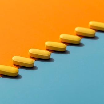 Alto angolo delle pillole colorate in una fila
