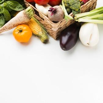 Красочный ассортимент овощей под высоким углом