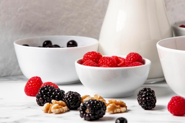 Композиция под высоким углом из здоровых мисок с ягодами