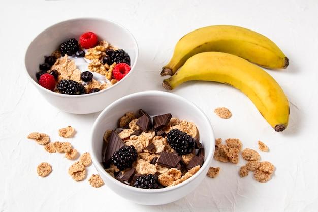 초콜릿과 바나나와 함께 건강한 그릇 시리얼의 높은 각도 구성