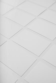 Высокий угол композиции белых визитных карточек