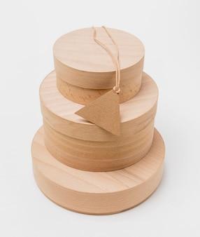 빈 태그와 나무 상자의 높은 각도 구성
