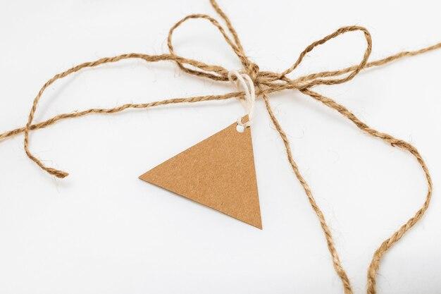 Composizione ad alto angolo di tag riciclabile sulla confezione bianca