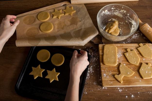 Alto angolo di biscotti che fanno per hanukkah