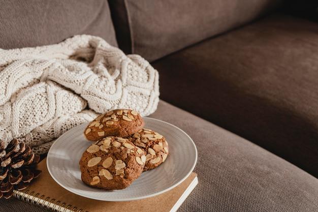 Печенье под высоким углом на тарелке с повесткой дня и одеялом