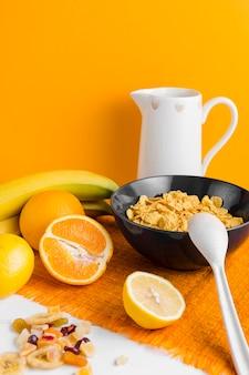 オレンジとバナナのハイアングルコーンフレーク