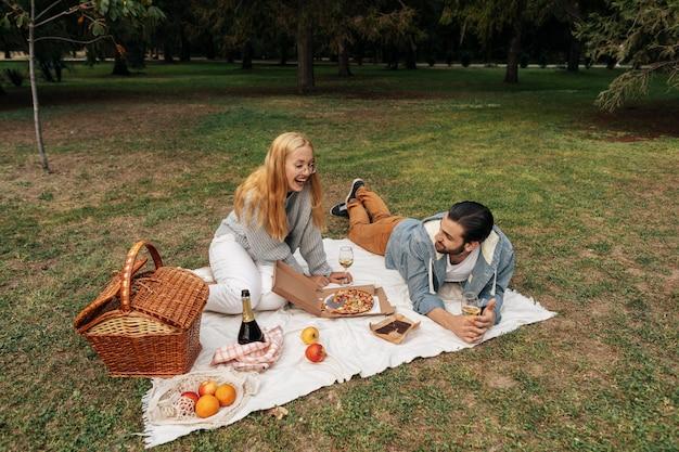 一緒にピクニックをするハイアングルカップル