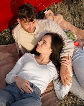 Пара под высоким углом, лежа на траве