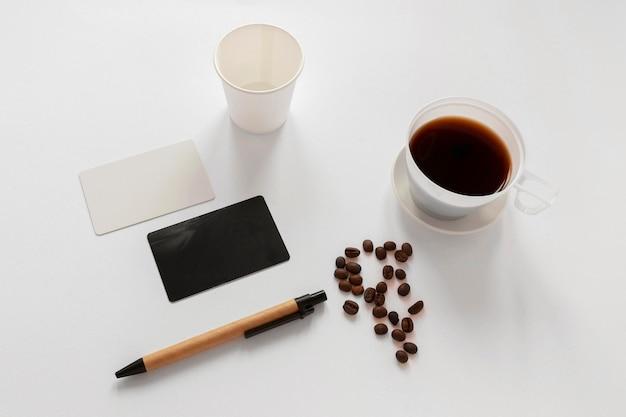 Креативная композиция из кофейных элементов под высоким углом